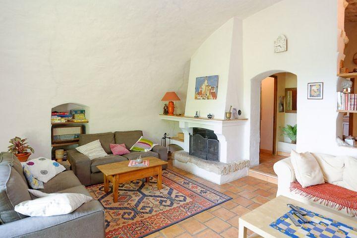 Wohnzimmer mit Kamin im Ferienhaus in der Provence