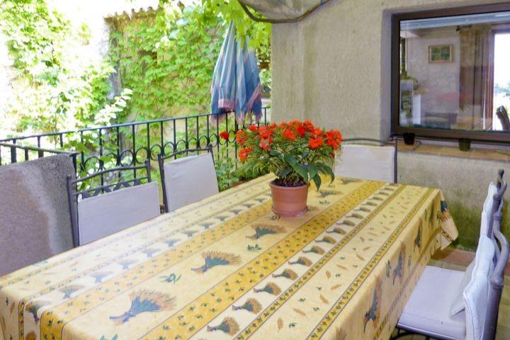 Essplatz vor der Küche im Ferienhaus in der Provence
