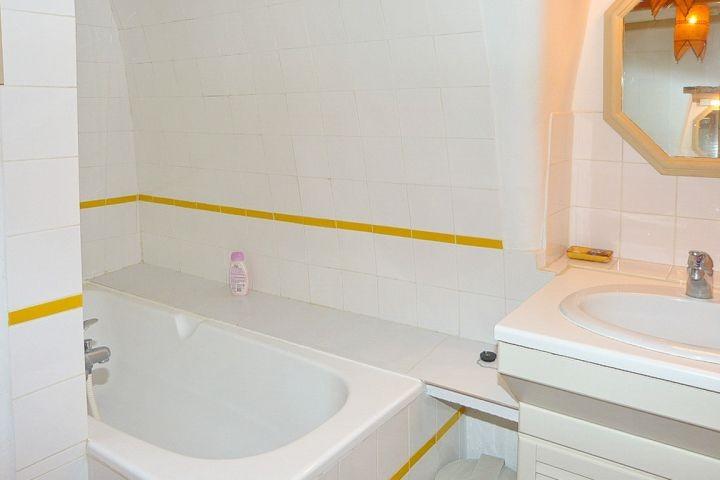 Bad mit Wanne im Erdgeschoss des Ferienhauses in der Provence