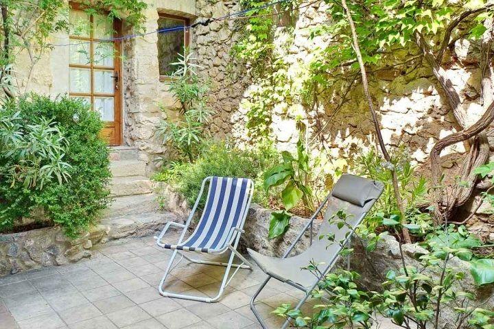 Sitzplatz mit Liegen im Innenhof des Ferienhauses in der Provence