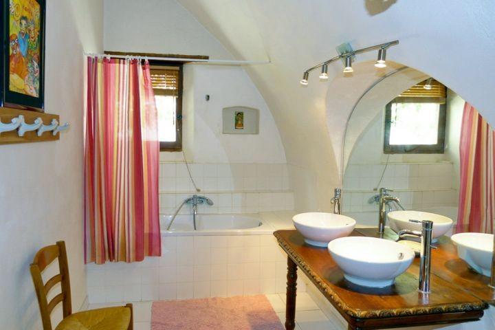 Bad mit Wanne und Dusche im Ferienhaus in der Provence