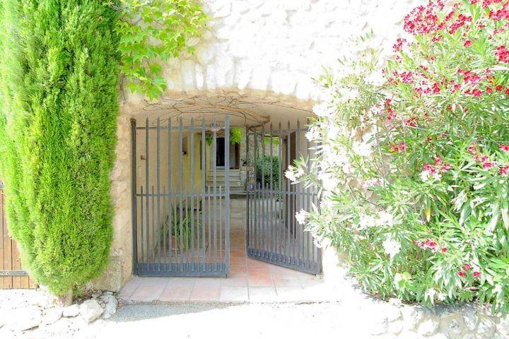 Eingangstor zum Ferienhaus in Mérindol in der Provence