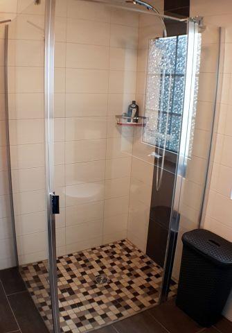 große Dusche mit Fußbodenheizung