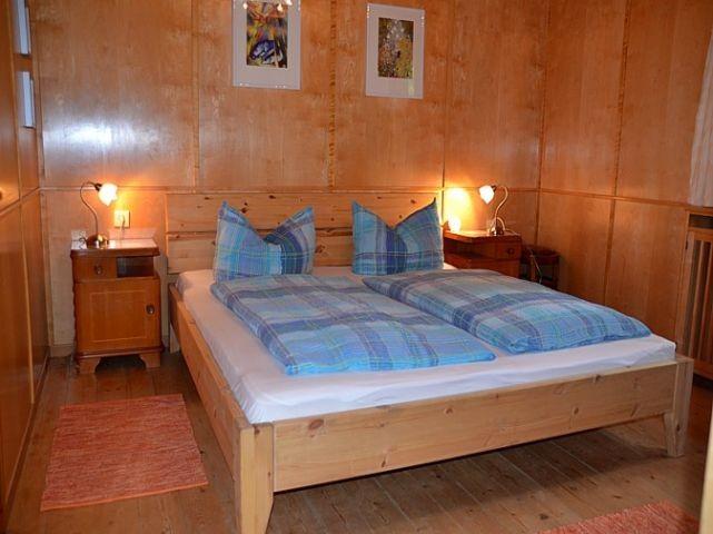 Schlafzimmer mit Doppelbett, Erdgeschoß