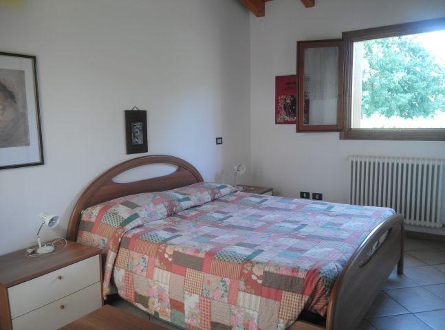 das 1.e Schlafzimmer mit Doppelbett