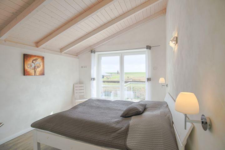 2. Schlafzimmer mit Balkon und TV