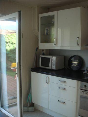 Küche mit Tür auf die überdachte Terasse