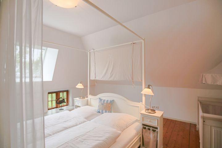 Schlafzimmer im OG mit Kinderbett