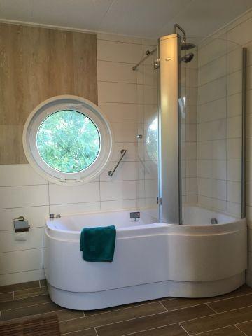 Whirlpool mit Rainshower und Massagedusche