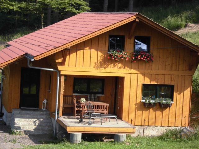 Holzhaus mit Blumenpracht