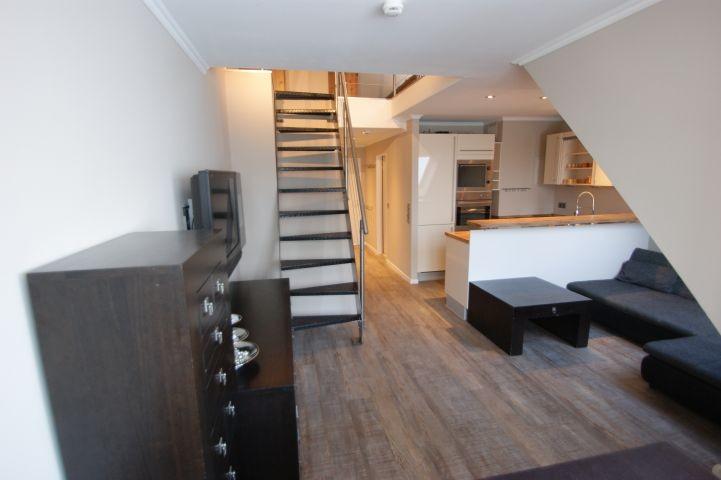 Wohnbereich und Treppe ins Dachgeschoss