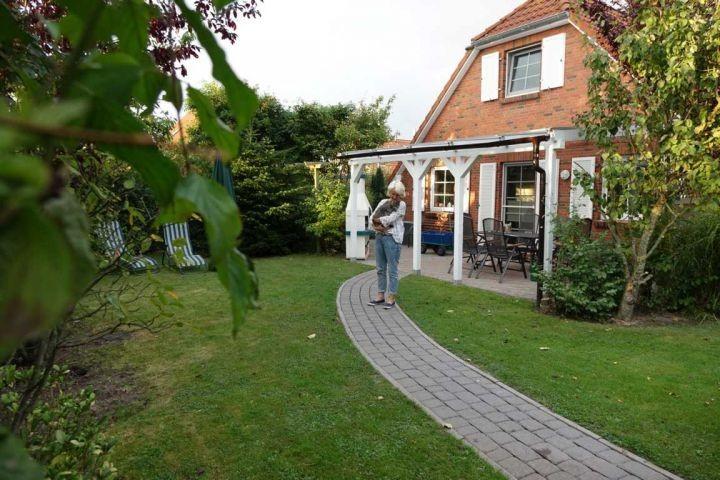 Ein Teil des Gartens und die überdachte Terrasse