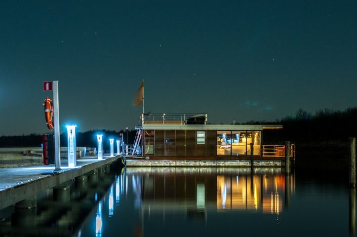 Hausboot außen bei Nacht
