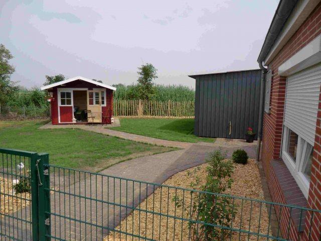 Eingezäunter Garten mit Gartenhaus