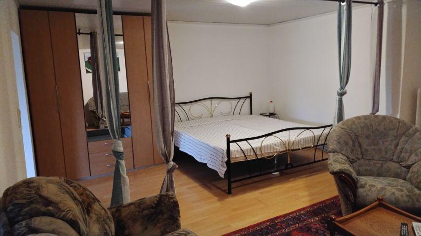 Bett im Wohn-/Schlafzimmer