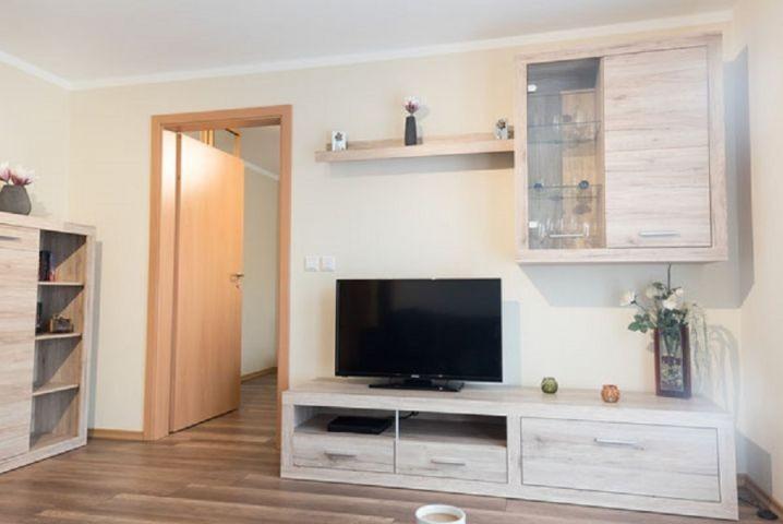 Wohnzimmer mit LED-TV und Blu-Ray-Player