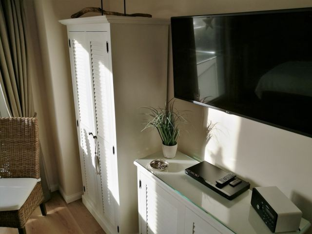 Schlafzimmer mit 48 Zoll TV