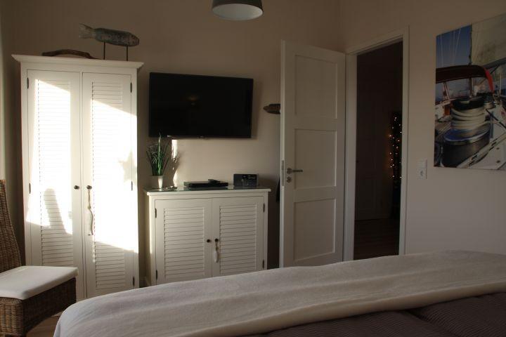 Großes Schlafzimmer mit 48 Zoll TV