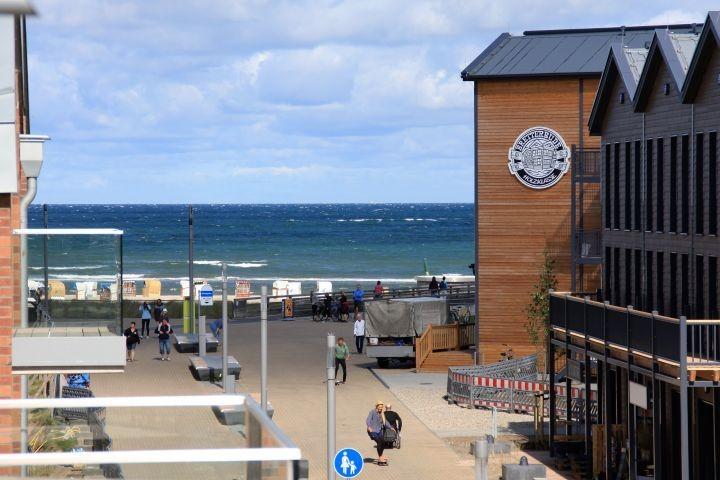Blick von Balkon 1 auf Promenade und Ostsee