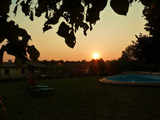 Ausblick von Sonnenuntergängen vom Garten und Pool