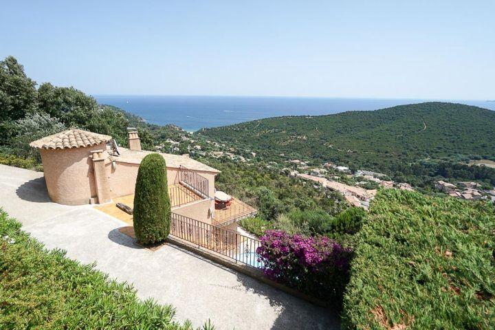 Ferienhaus mit traumhaftem Meerblick und Pool oberhalb von Cavalaire an der Cote dAzur