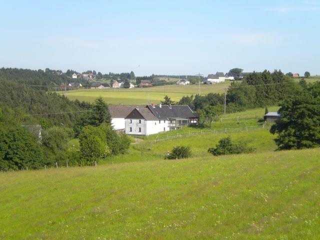 Lorenzhof  inmitten von Wiesen und Feldern