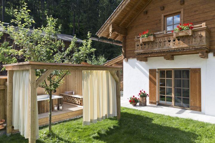 Almrosen-Hütte Garten mit Badewanne