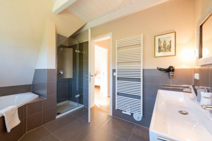 großes Badezimmer inkl. Eckbadewanne