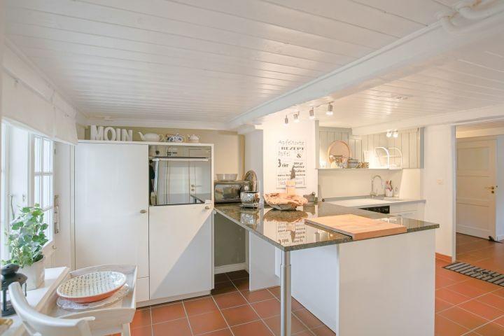 sehr gut eingerichtete Küche