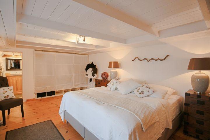 Schlafzimmer mit Zugang zum Duschbad