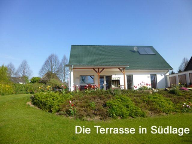 Die große überdachte Terrasse in Südlage lädt bei (fast) jedem Wetter zum Draußensein sein