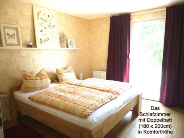 Das Schlafzimmer mit Ehebett in Komforthöhe