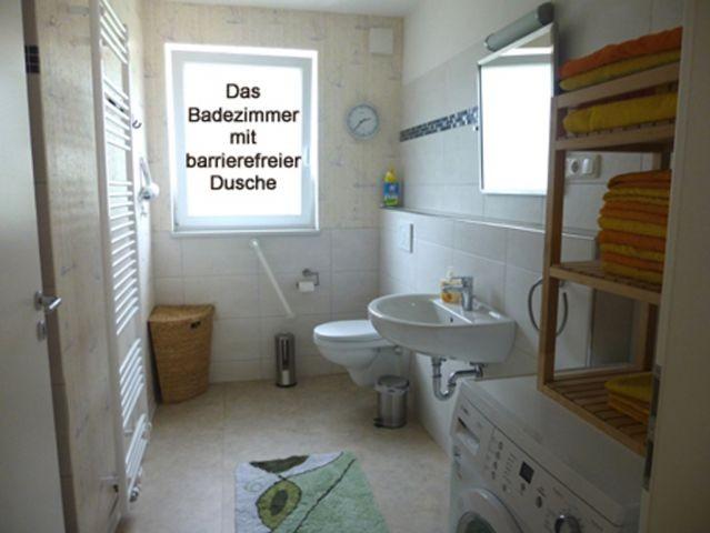 Das Badezimmer mit barrierefreier Dusche