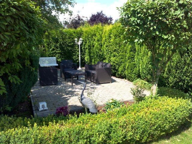 Gartenterrasse unter dem Apfelbaum