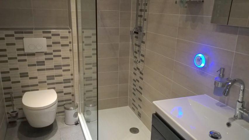 Baezimmer mit flacher Dusche