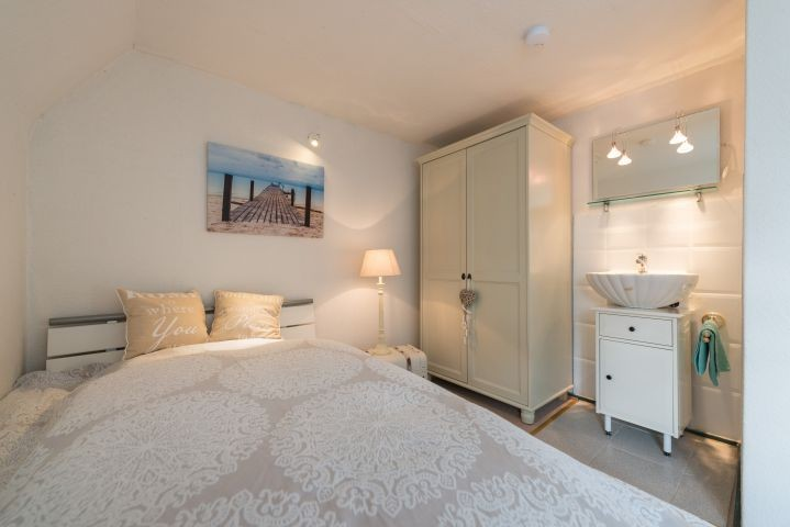 Schlafzimmer mit schmalem  DB im OG