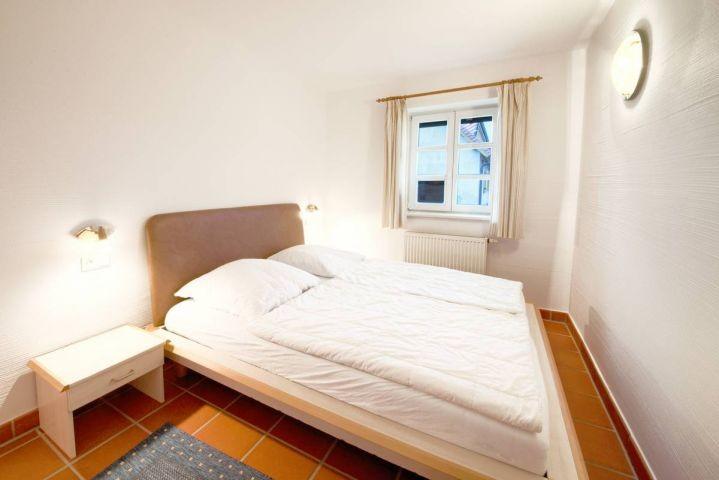 Das große Schlafzimmer mit Einbauschrank.