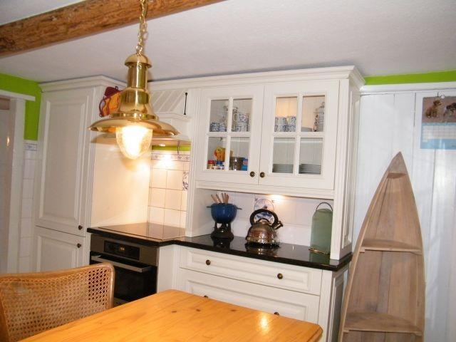 Küche mit Kühlgefrierkombi und Induktionsherd