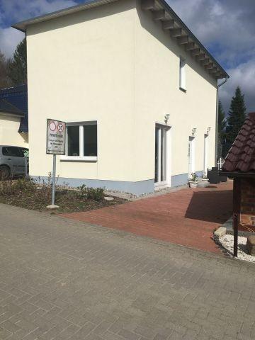 Außenansicht der Ferienwohnung mit Hund auf Rügen in Göhren