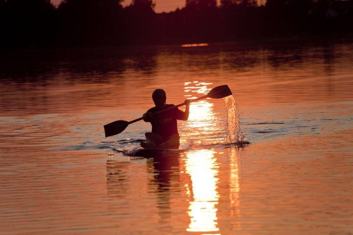 Zahlreiche Wassersportarten werden an der Müritz angeboten