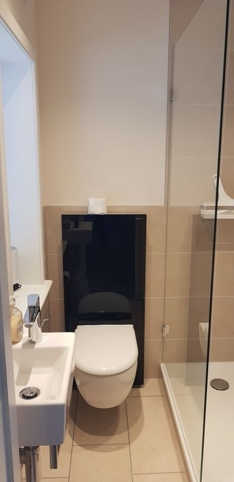 Toilette Unten mit einer Dusche.Man kann auch die  Hunde da abduschen ist genug platz