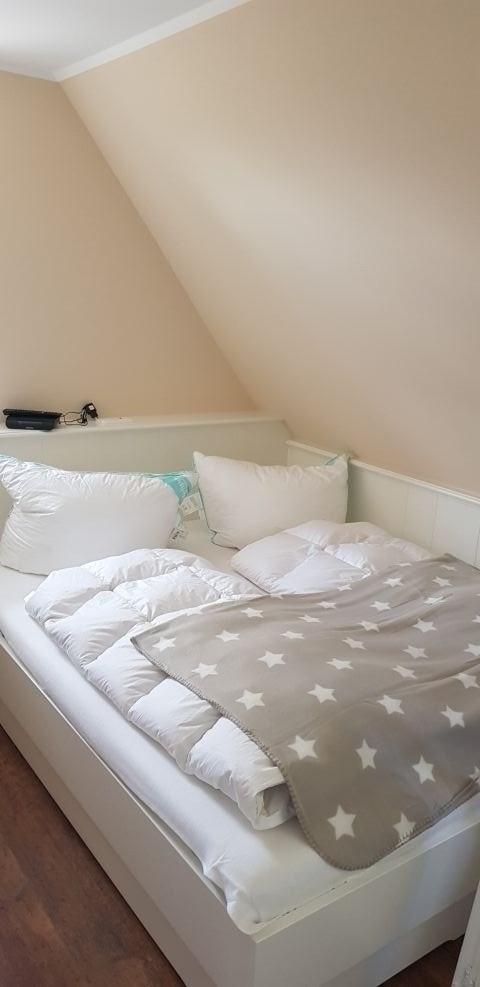 Das Kleine Zimmer. Die beiden Betten kann man voneinander Weg ziehen wenn man Möchte.