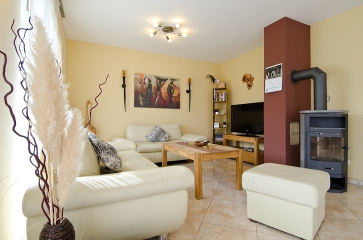 Wohnraum mit Sofa und Kaminofen