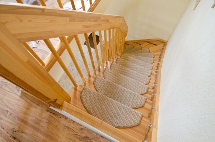 offene Holztreppe mit Teppichstufen