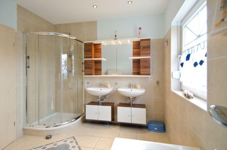 Vollbad mit Dusche und Badewanne im OG