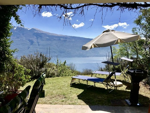 Blick über die Terrasse auf den See