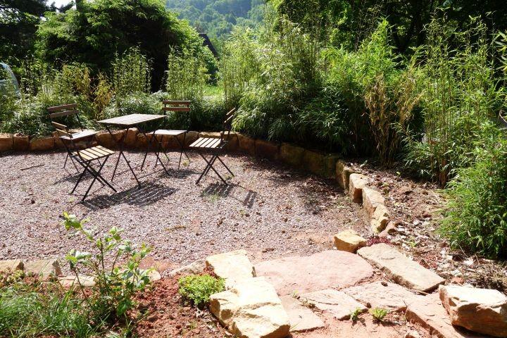 Die Terasse im unteren Teil des Gartens