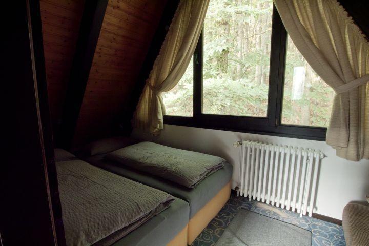 Das hintere Schlafzimmer mit Blick auf den Wald