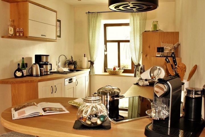 Gemeinsames, entspanntes Kochen. Küche vom Schreiner.