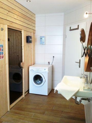 Bad mit Sauna und Waschmaschine